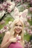 Gelukkig meisje of leuke vrouw met konijntjesoren bij magnolia royalty-vrije stock foto's