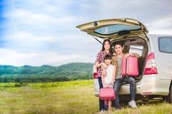 Gelukkig meisje met Aziatische familiezitting in de auto voor enjo stock afbeeldingen