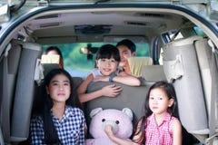 Gelukkig meisje met Aziatische familiezitting in de auto voor enjo Royalty-vrije Stock Afbeeldingen