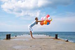 Gelukkig meisje met ballons stock foto's