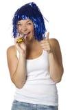 Gelukkig meisje met blauwe pruik die de duim tonen royalty-vrije stock foto's