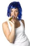 Gelukkig meisje met blauwe pruik klaar voor partij royalty-vrije stock foto