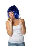 Gelukkig meisje met blauwe pruik klaar voor partij royalty-vrije stock foto's