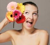 Gelukkig meisje met bloemen Stock Foto's