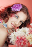 Gelukkig meisje met bloemen Stock Afbeeldingen