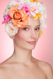 Gelukkig meisje met bloemen in haar Stock Foto
