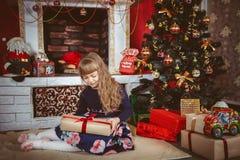 Gelukkig meisje met de doos van de Kerstmisgift Royalty-vrije Stock Foto's