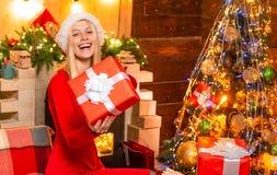 Gelukkig meisje met de doos van de Kerstmisgift Gelukkige mooie meisjesverkoper die een Kerstmisgift in haar hand houden Nieuwe j royalty-vrije stock afbeelding
