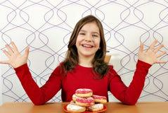 Gelukkig meisje met donuts Stock Foto's