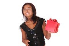 Gelukkig meisje met een gift Royalty-vrije Stock Afbeeldingen