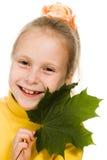 Gelukkig meisje met een groen esdoornblad Stock Foto