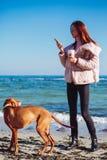 Gelukkig Meisje met een hond bij het overzees royalty-vrije stock foto
