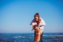 Gelukkig Meisje met een hond bij het overzees royalty-vrije stock foto's