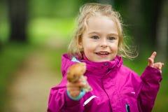 Gelukkig meisje met een paddestoel Stock Afbeeldingen
