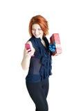 Gelukkig meisje met een telefoon en een gift Royalty-vrije Stock Afbeelding