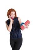 Gelukkig meisje met een telefoon en een gift Stock Afbeelding