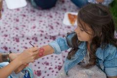 Gelukkig meisje met geschilderde handen birtdhay partij Stock Foto's