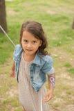 Gelukkig meisje met geschilderde handen birtdhay partij Stock Fotografie