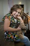 Gelukkig meisje met gevulde hond Royalty-vrije Stock Foto