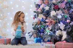Gelukkig Meisje met Gift Kerstmis Stock Afbeeldingen