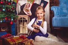 Gelukkig meisje met gift in Kerstmisruimte royalty-vrije stock afbeelding