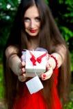Gelukkig meisje met giftdoos Stock Afbeelding
