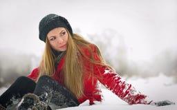 Gelukkig meisje met GLB en handschoenen die met sneeuw spelen Royalty-vrije Stock Foto