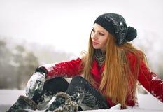 Gelukkig meisje met GLB en handschoenen die met sneeuw spelen Stock Foto