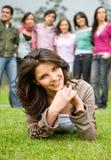 Gelukkig meisje met haar vrienden Royalty-vrije Stock Foto's
