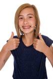 Gelukkig meisje met hoofddeksel dat twee duimen opgeeft royalty-vrije stock foto's