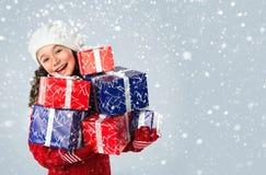 Gelukkig meisje met Kerstmisgiften op sneeuwachtergrond Royalty-vrije Stock Foto