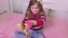 Gelukkig meisje met kleurrijk slijm stock footage