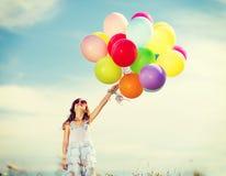 Gelukkig meisje met kleurrijke ballons Stock Fotografie