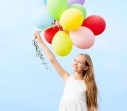 Gelukkig meisje met kleurrijke ballons Stock Foto's