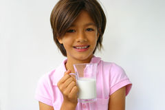 Gelukkig meisje met melk stock fotografie