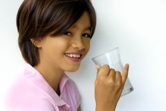 Gelukkig meisje met melk royalty-vrije stock fotografie
