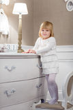 Gelukkig meisje met met datum 31 december Stock Foto