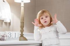 Gelukkig meisje met met datum 31 december Royalty-vrije Stock Foto's