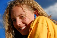 Gelukkig meisje met oortelefoons Stock Foto