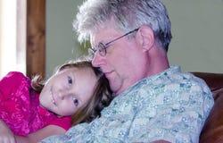 Gelukkig meisje met opa stock fotografie