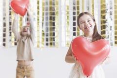 Gelukkig meisje met rood hart Royalty-vrije Stock Afbeelding