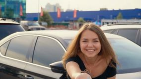 Gelukkig meisje met sleutel in hand van nieuwe auto stock footage