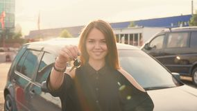 Gelukkig meisje met sleutel in hand van nieuwe auto stock videobeelden