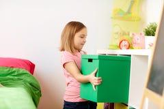Gelukkig meisje met speelgoeddoos thuis Stock Foto