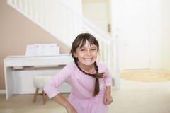 Gelukkig meisje met toothy glimlach stock foto's
