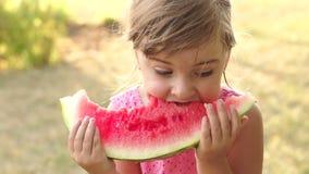 Gelukkig meisje met watermeloen in de zomerpark stock videobeelden
