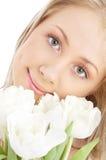 Gelukkig meisje met witte tulpen royalty-vrije stock foto