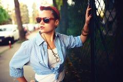 Gelukkig meisje met zonnebril op de stedelijke achtergrond Jonge buitensporige, funky actieve mensen In openlucht Portret Stock Afbeeldingen