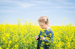 Gelukkig meisje op bloeiend raapzaadgebied in de zomer Stock Foto's