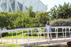 Gelukkig meisje op de brug dichtbij tuin van stad van Kunsten en Wetenschappen in Valencia Stock Afbeelding